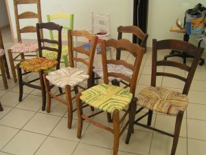 s jour th me rentissage rempaillage de chaises avec du tissu la filature le week end du. Black Bedroom Furniture Sets. Home Design Ideas